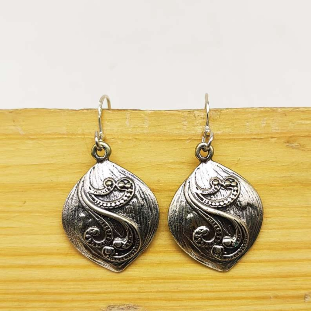 925 Sterling Silver Cushion With Leaf Design Earring